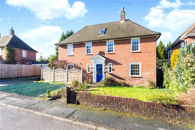 Guide Price £700,000, 4 Bedroom Detached House For Sale in Caterham, CR3