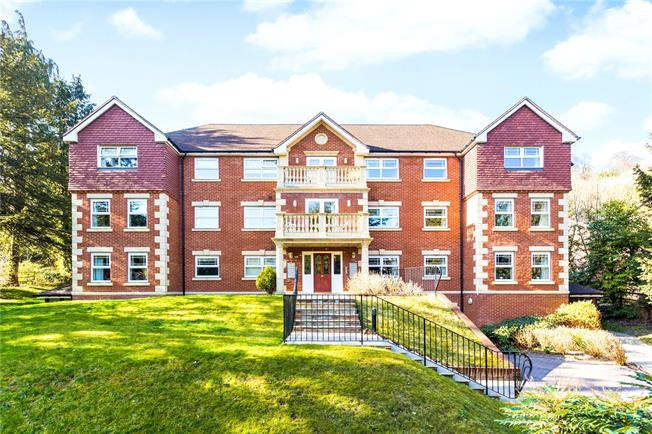 Guide Price £400,000, 2 Bedroom Flat For Sale in Caterham, Surrey, CR3