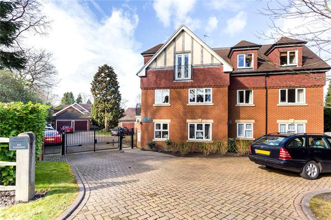 Guide Price £340,000, 2 Bedroom Flat For Sale in Caterham, Surrey, CR3