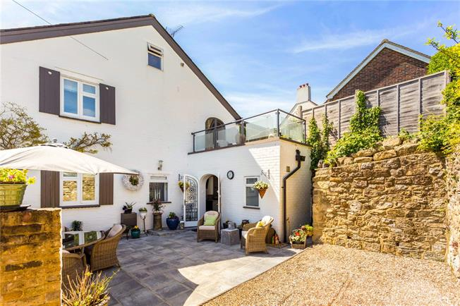 Guide Price £550,000, 3 Bedroom End of Terrace House For Sale in Bletchingley, RH1