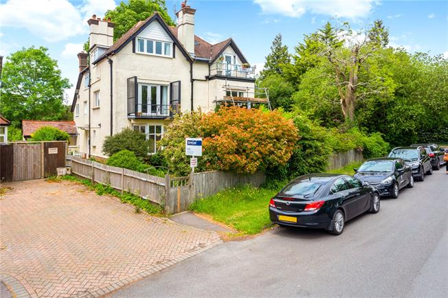 Guide Price £315,000, 2 Bedroom Flat For Sale in Surrey, CR3
