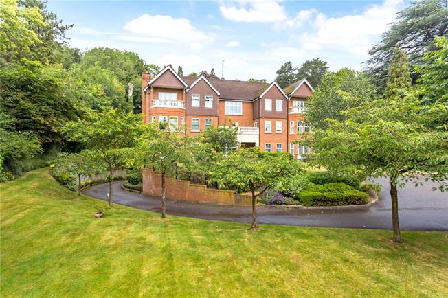 Guide Price £450,000, 2 Bedroom Flat For Sale in Caterham, Surrey, CR3