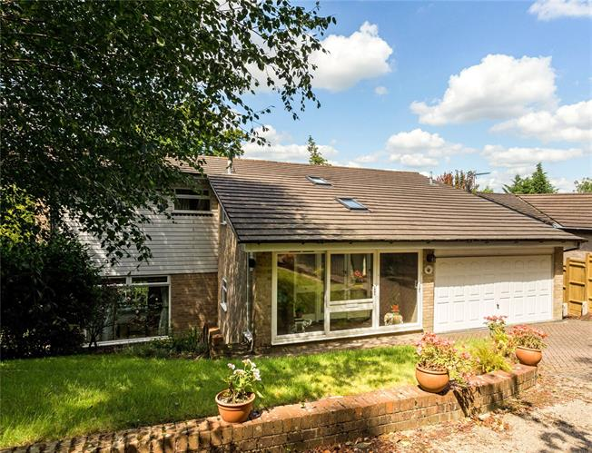 Guide Price £650,000, 4 Bedroom Detached House For Sale in Kenley, CR8