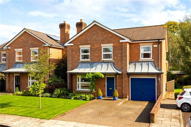 Guide Price £675,000, 4 Bedroom Detached House For Sale in Surrey, CR6