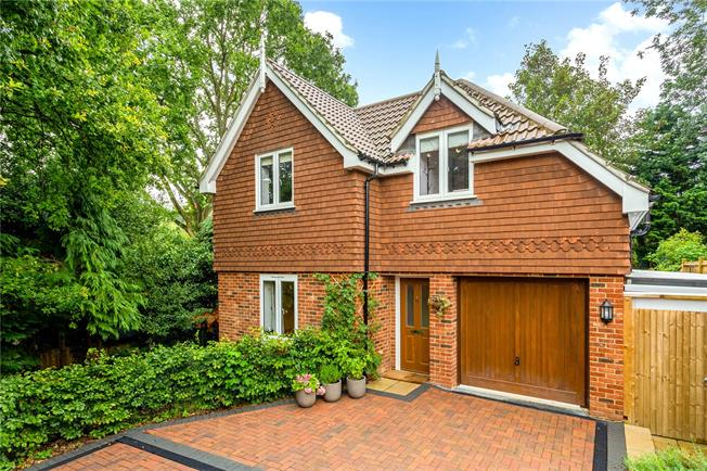 Guide Price £625,000, 4 Bedroom Detached House For Sale in Surrey, CR5