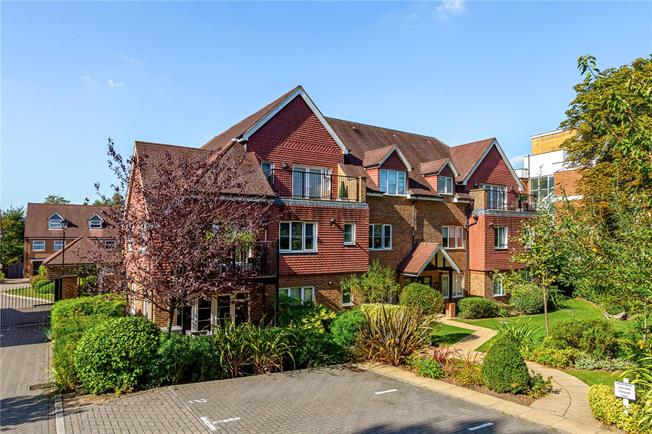 Guide Price £425,000, 2 Bedroom Flat For Sale in Surrey, CR3
