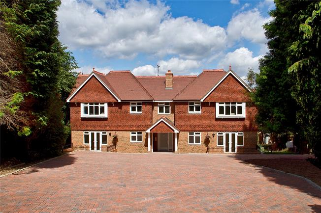 Guide Price £350,000, 2 Bedroom Flat For Sale in Caterham, Surrey, CR3