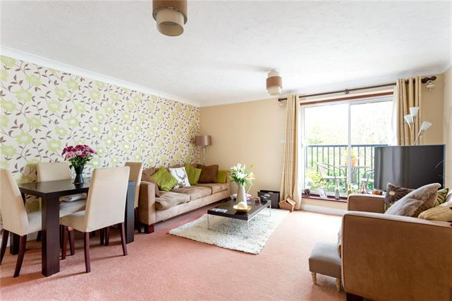 Guide Price £275,000, 2 Bedroom Flat For Sale in Surrey, RH9
