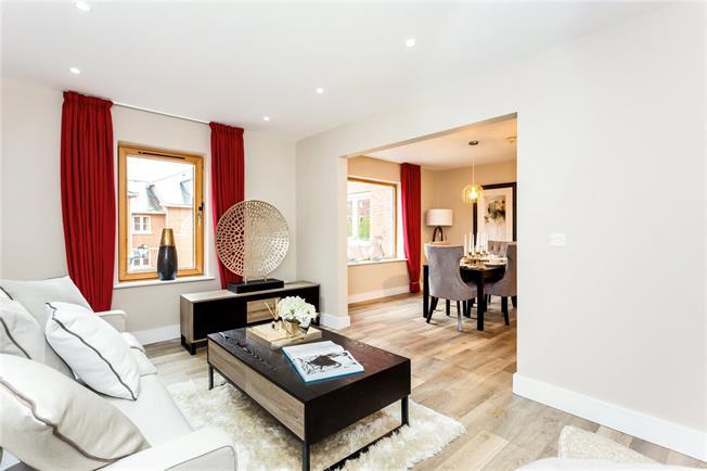 Guide Price £260,000, 2 Bedroom Flat For Sale in Cheltenham, GL50