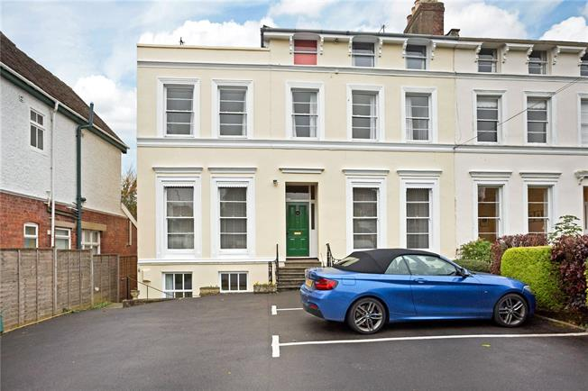 Guide Price £250,000, 2 Bedroom Flat For Sale in Cheltenham, GL53