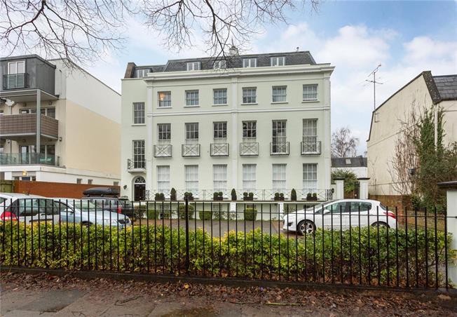 Guide Price £425,000, 3 Bedroom Flat For Sale in Cheltenham, GL50