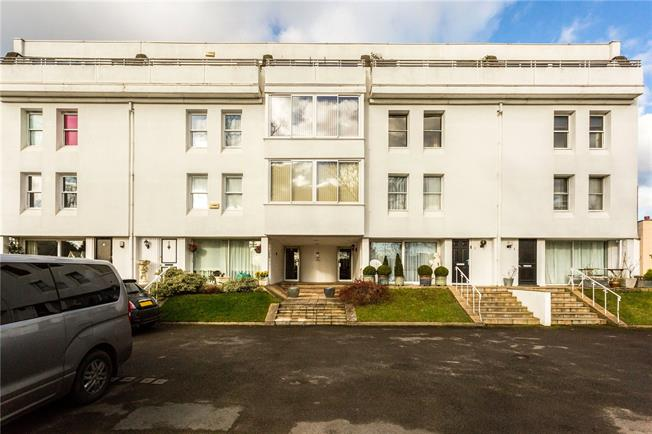 Guide Price £285,000, 3 Bedroom Flat For Sale in Cheltenham, GL51