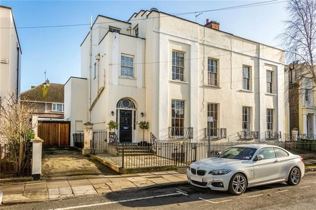 Guide Price £410,000, 2 Bedroom Flat For Sale in Gloucestershire, GL52