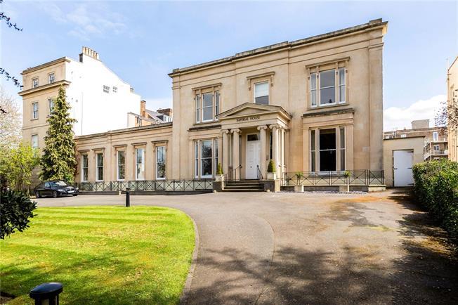 Guide Price £415,000, 2 Bedroom Flat For Sale in Cheltenham, Gloucestershi, GL50