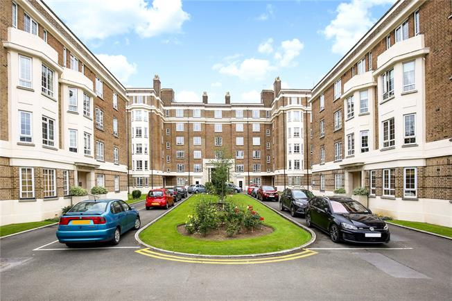 Guide Price £179,950, 2 Bedroom Flat For Sale in Gloucestershire, GL50