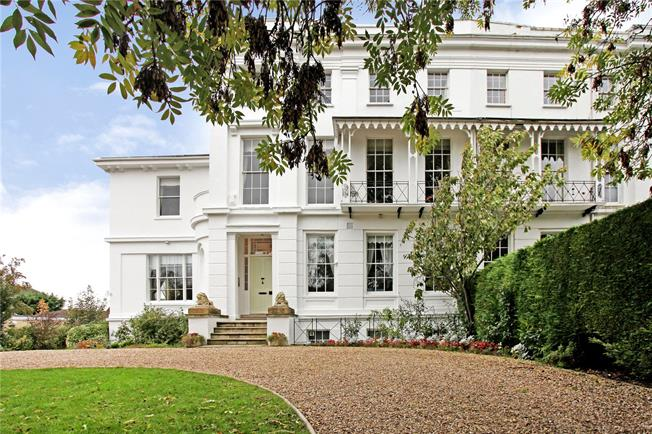 Guide Price £425,000, 3 Bedroom Flat For Sale in Cheltenham, GL50