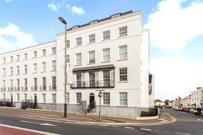 Guide Price £365,000, 2 Bedroom Flat For Sale in Gloucestershire, GL52