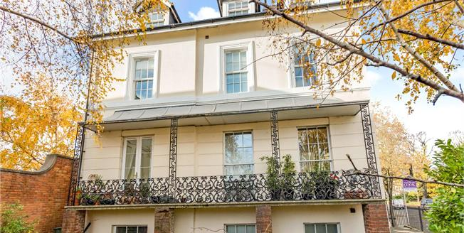 Guide Price £245,000, 2 Bedroom Flat For Sale in Cheltenham, GL52