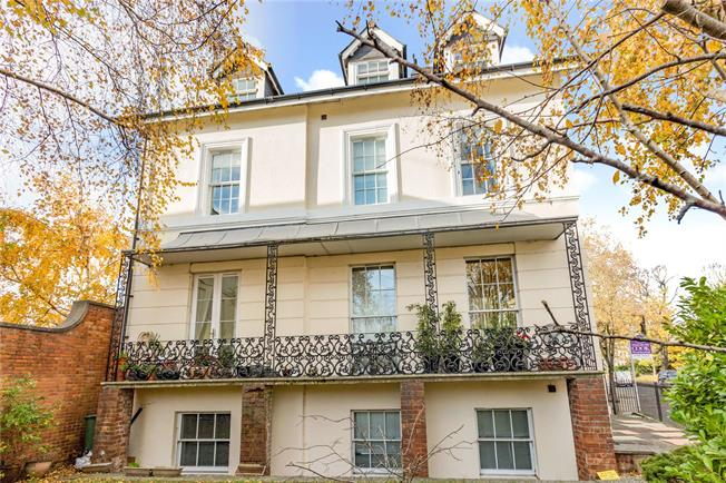Guide Price £245,000, 2 Bedroom Flat For Sale in Cheltenham, Gloucestershi, GL52