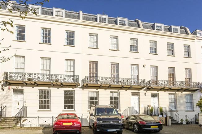 Guide Price £329,000, 2 Bedroom Flat For Sale in Cheltenham, GL50