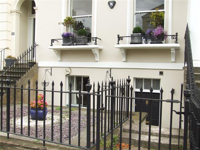 Guide Price £319,000, 3 Bedroom Flat For Sale in Cheltenham, Gloucestershi, GL52