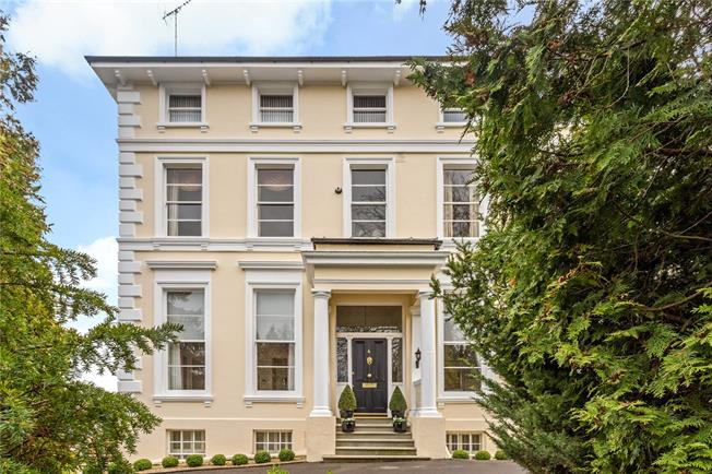 Asking Price £335,000, 2 Bedroom Flat For Sale in Cheltenham, GL50