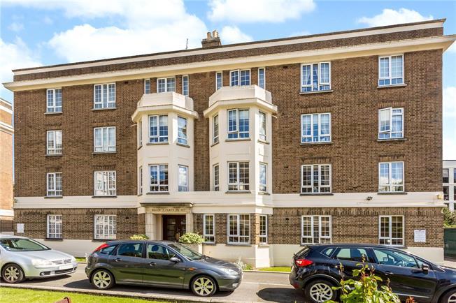 Guide Price £210,000, 2 Bedroom Flat For Sale in Cheltenham, GL50