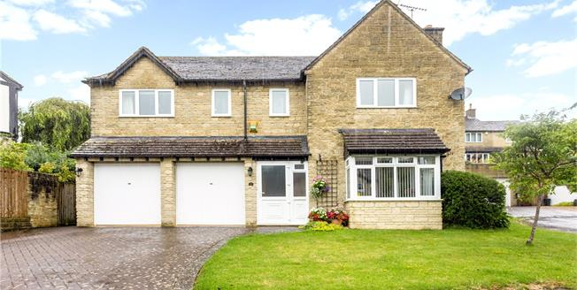 Guide Price £565,000, 4 Bedroom Detached House For Sale in Winchcombe, GL54