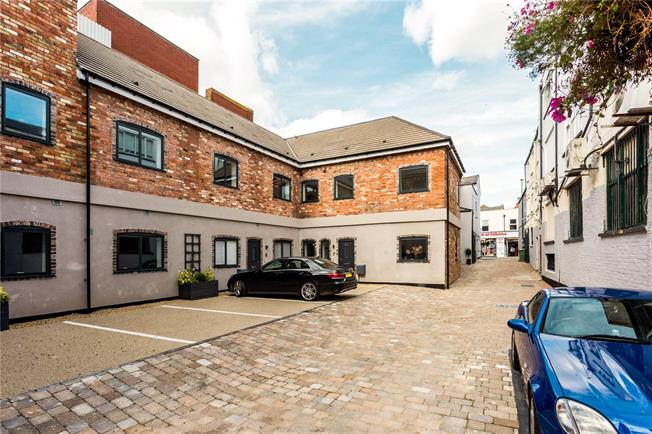 Guide Price £300,000, 3 Bedroom Flat For Sale in Gloucestershire, GL52