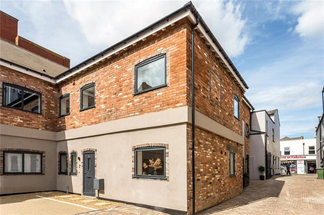 Guide Price £245,000, 2 Bedroom Flat For Sale in Gloucestershire, GL52