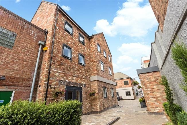 Guide Price £275,000, 2 Bedroom Flat For Sale in Gloucestershire, GL52