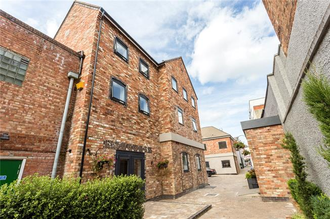 Guide Price £285,000, 2 Bedroom Flat For Sale in Gloucestershire, GL52