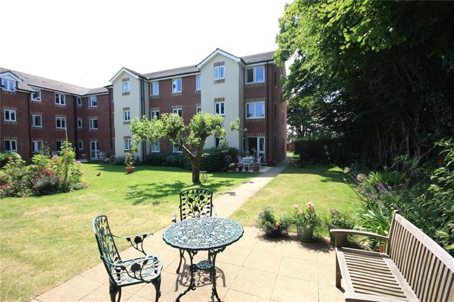 Guide Price £265,000, 2 Bedroom Flat For Sale in Chichester, West Sussex, PO19