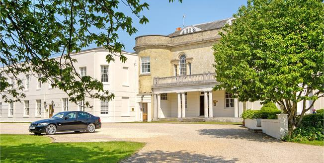 Guide Price £375,000, 2 Bedroom Flat For Sale in Chichester, West Sussex, PO18