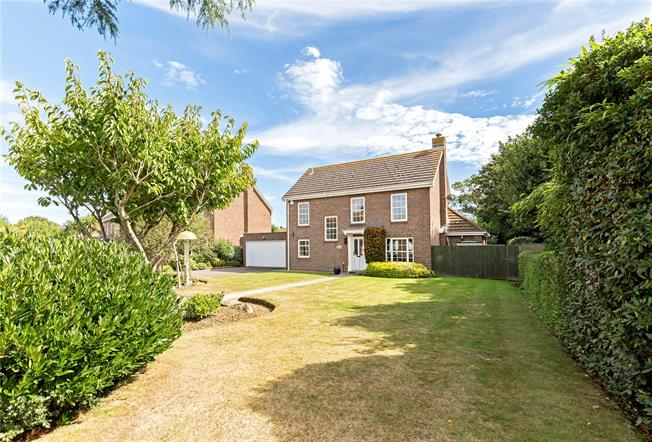 Guide Price £560,000, 4 Bedroom Detached House For Sale in Bognor Regis, PO21