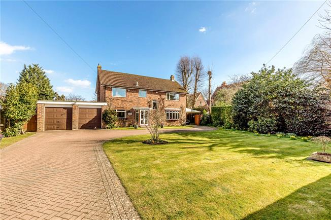 Guide Price £720,000, 4 Bedroom Detached House For Sale in Hambrook, PO18