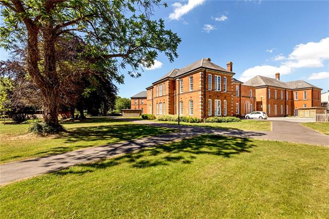 Guide Price £425,000, 2 Bedroom Flat For Sale in Chichester, PO19