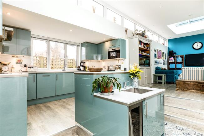 Guide Price £550,000, 4 Bedroom Flat For Sale in Chichester, West Sussex, PO19