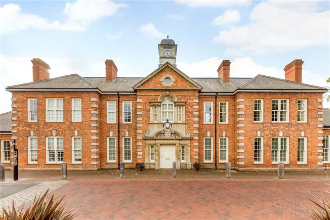 Asking Price £280,000, 2 Bedroom Flat For Sale in Chichester, PO19