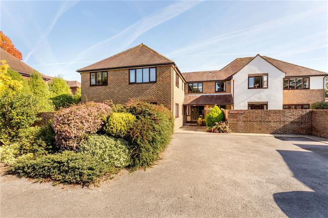 Asking Price £350,000, 3 Bedroom Flat For Sale in Chichester, PO19