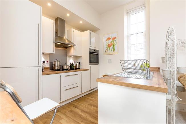 Asking Price £295,000, 2 Bedroom Flat For Sale in Chichester, PO19