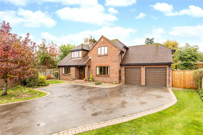 Guide Price £865,000, 4 Bedroom Detached House For Sale in Chichester, PO19