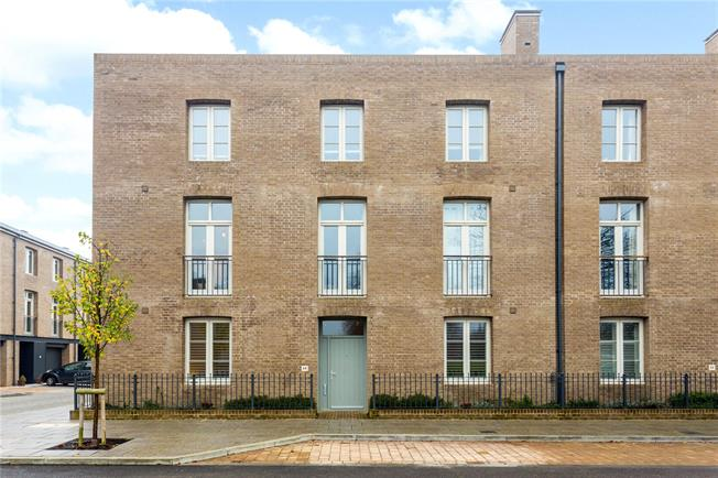 Guide Price £300,000, 2 Bedroom Flat For Sale in Chichester, PO19