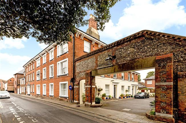 Asking Price £350,000, 2 Bedroom Flat For Sale in Chichester, West Sussex, PO19