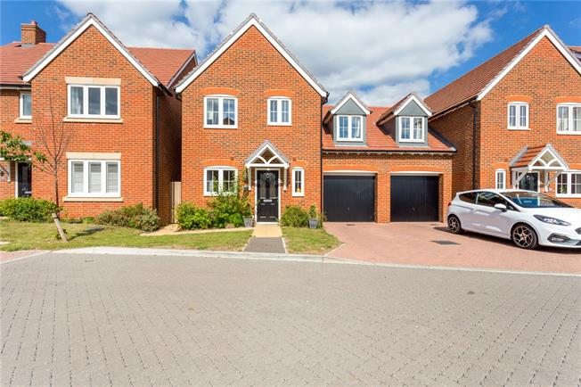 Guide Price £340,000, 3 Bedroom Garage For Sale in Westhampnett, PO18