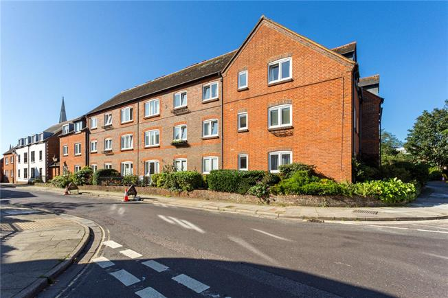 Guide Price £210,000, 2 Bedroom Flat For Sale in Chichester, West Sussex, PO19