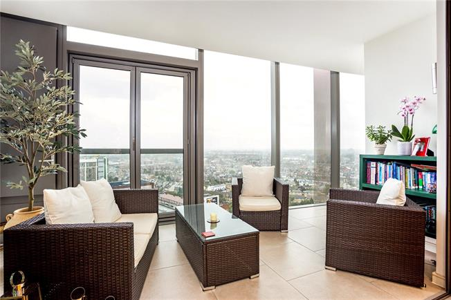 Guide Price £700,000, 2 Bedroom Flat For Sale in Brentford, TW8