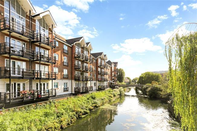 Asking Price £460,000, 2 Bedroom Flat For Sale in Brentford, TW8