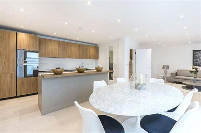Asking Price £615,000, 2 Bedroom Flat For Sale in London, W4