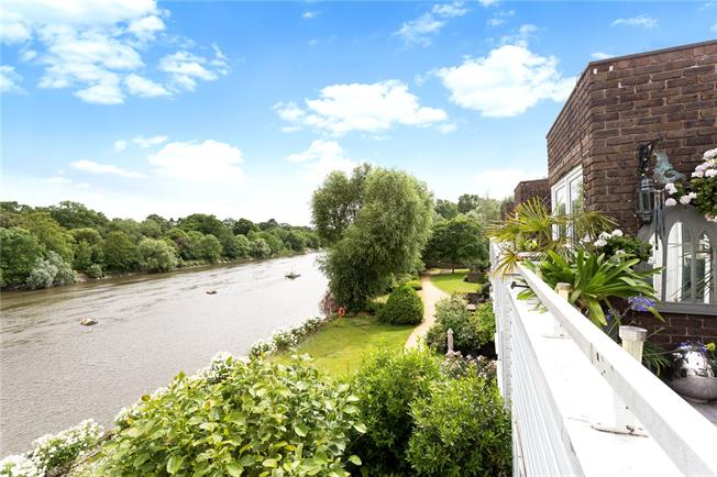 Offers in excess of £670,000, 3 Bedroom Flat For Sale in Brentford, TW8